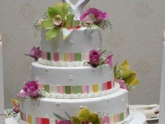 Un gâteau de mariage à plusieurs étages