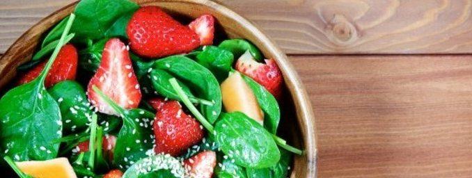 Salade fraises et épinards servie