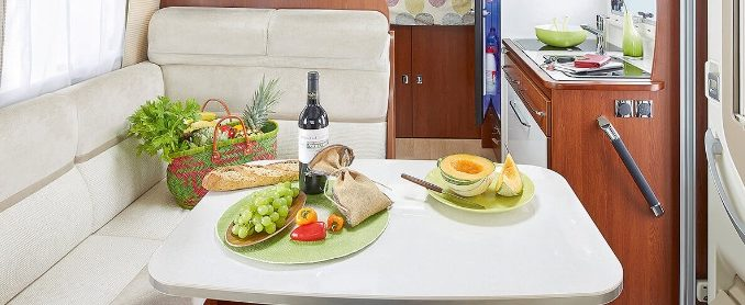 Un repas gourmand préparé en camping-car