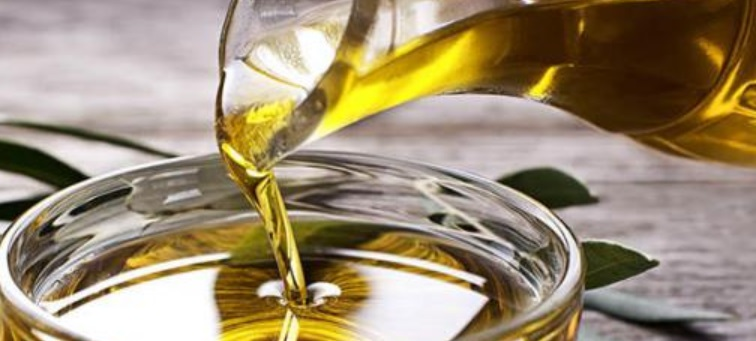 Huile d'olive versé dans un contenant