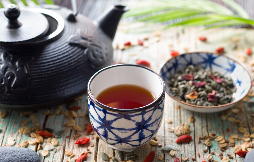 Un père et son fils autour d'une tasse de thé