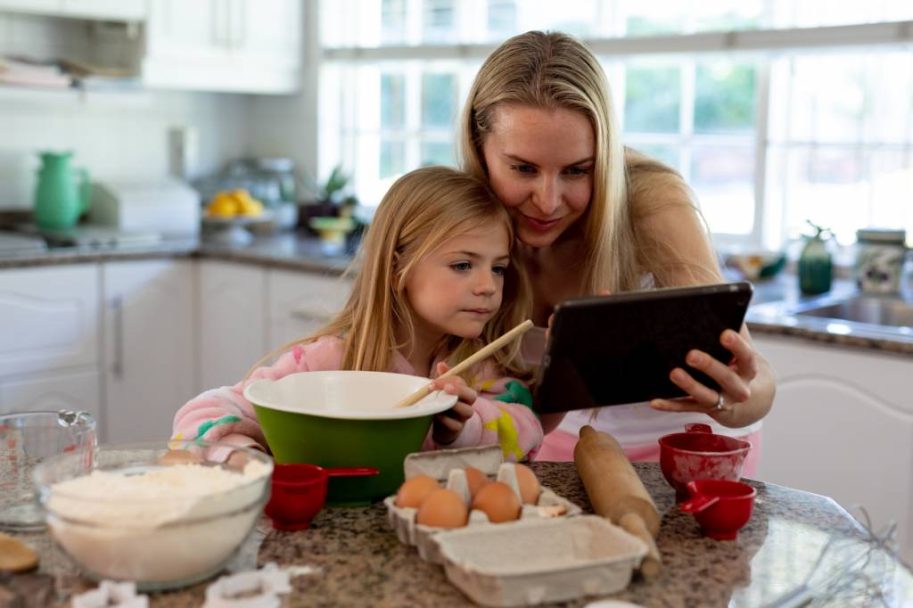 Une mère cuisine avec son enfant