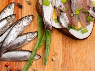Des anchois sur une planche en bois