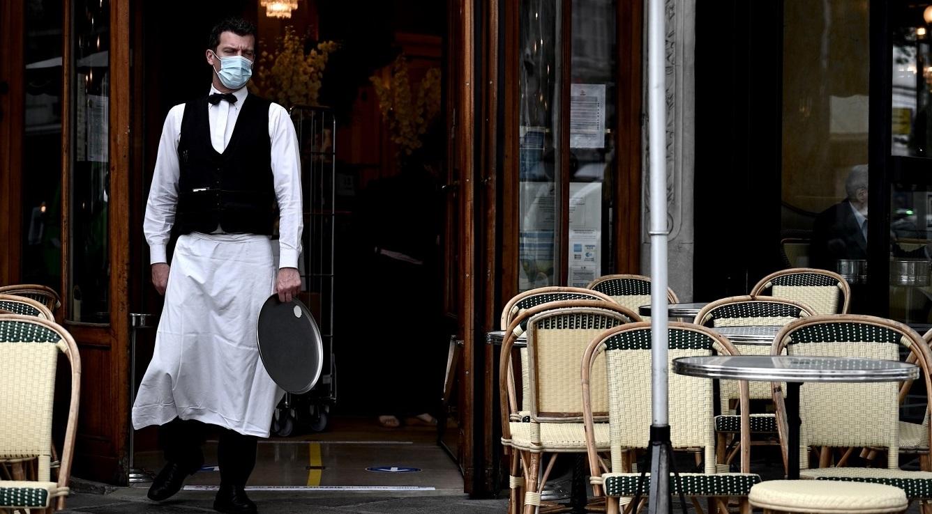 Serveur d'un restaurant portant un masque