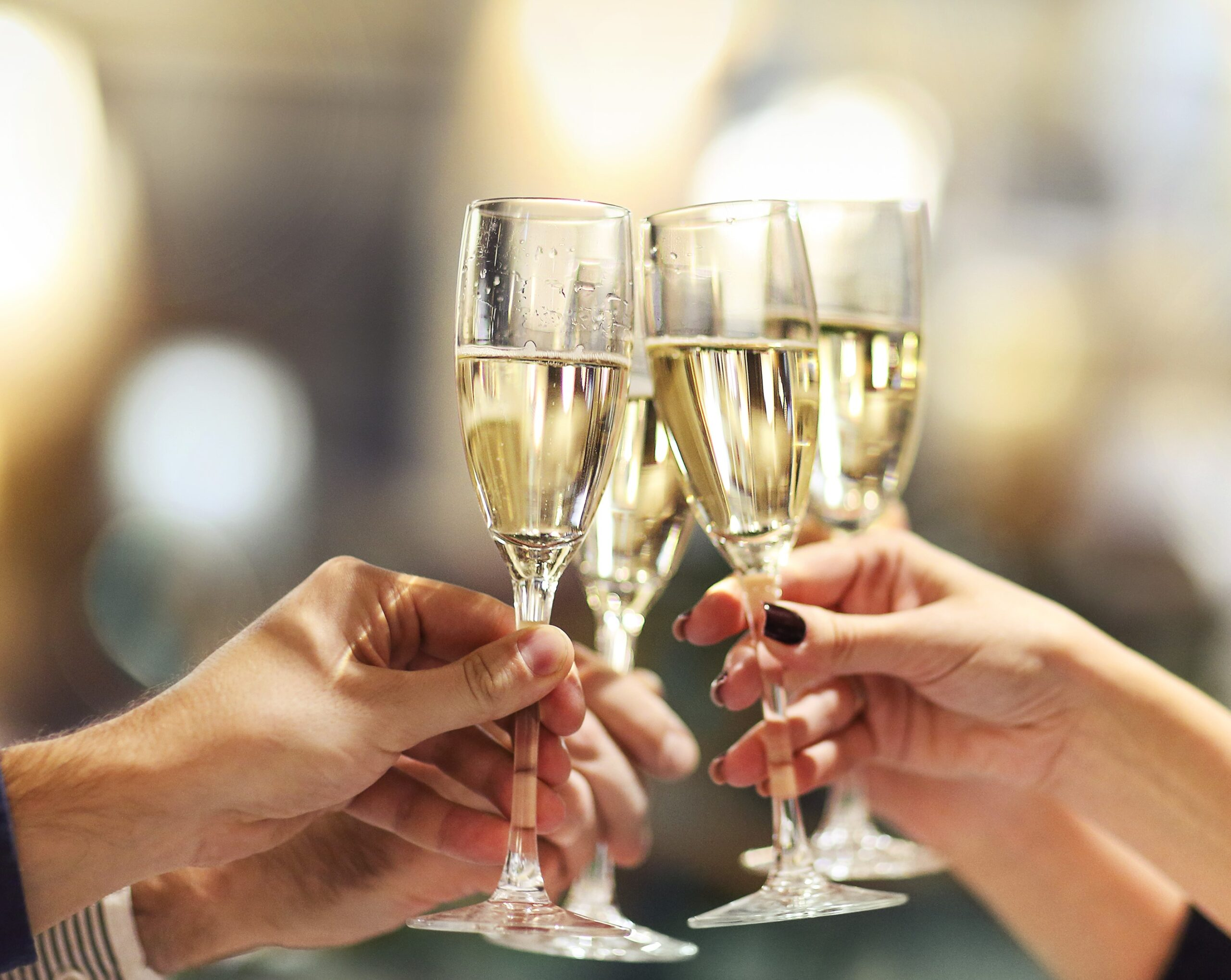 Des personnes qui trinquent avec du champagne