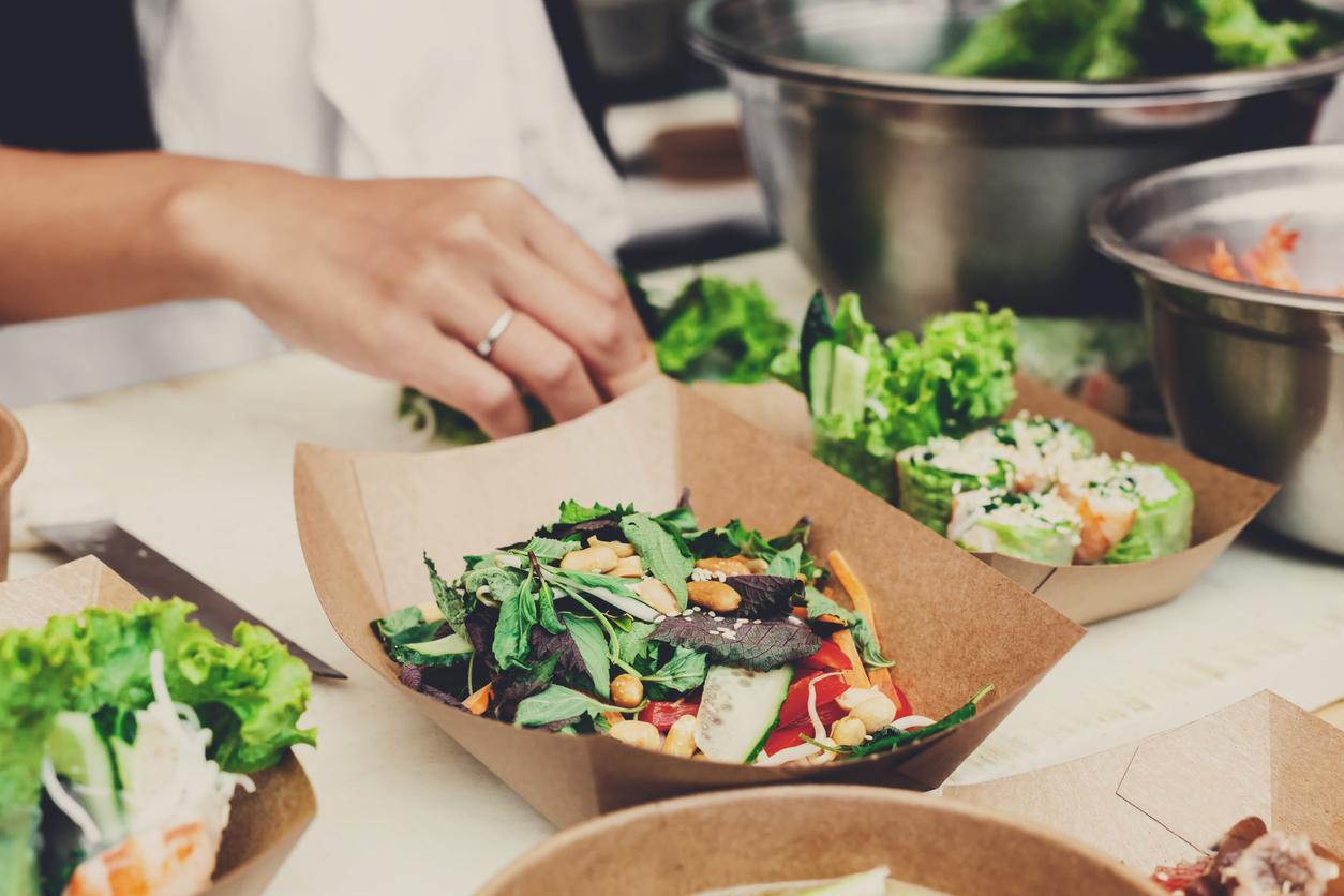 Une personne préparant des salades