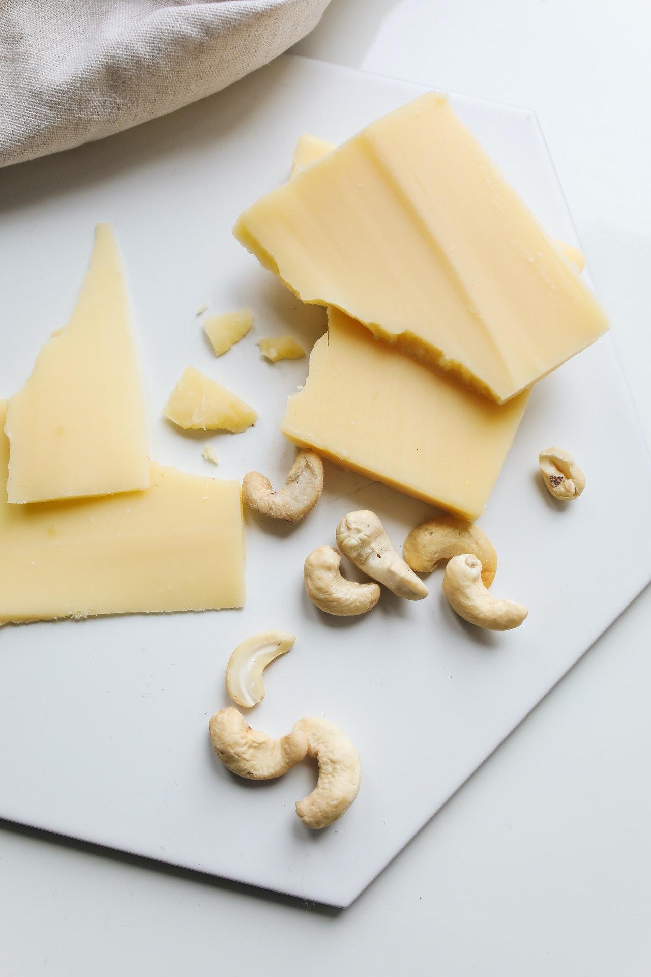 fromage vegan avec noix de cajou sur table blanche